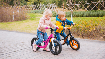 European and American children with a balance car, Huang, Tian use it to cultivate the child's focus